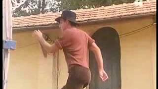 getlinkyoutube.com-Adriano Celentano beim Wein auspressen