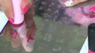 Una Manicura Muy Femenina de Rosas con Placa de Estampar Konad