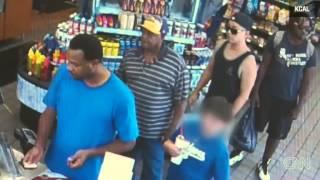 getlinkyoutube.com-Un hombre golpea a una cajera por 41 centavos de dolar.
