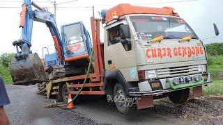 getlinkyoutube.com-Loading Komatsu PC60 Excavator Onto Mitsubishi Ragasa Truck