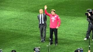 セレッソに新加入のディエゴ・フォルラン、長居スタジアムに上陸!ユニフォーム姿でサポーターに挨拶