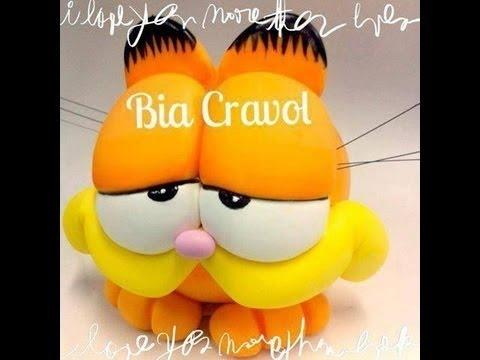 Bia Cravol ensinando a modelar o Cofrinho do Garfield