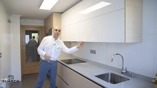 getlinkyoutube.com-Video de cocinas blancas  modernas con madera estilo nordico perfil gola y encimera de silestone
