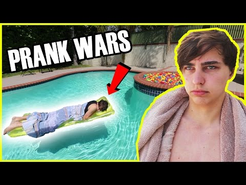 WAKING ROOMMATE UP IN A POOL | PRANK WARS