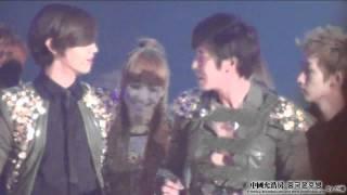 getlinkyoutube.com-Kyuhyun & Victoria @ SBS Music Festival Ending (111229)