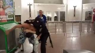 getlinkyoutube.com-Fight in Subway with a Cop