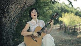 Pınar Dönmez  – Beyaz Giyme Toz Olur – mp3 dinle