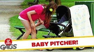 ベビーカーの赤ちゃんがテニスボールを投げ返す!?