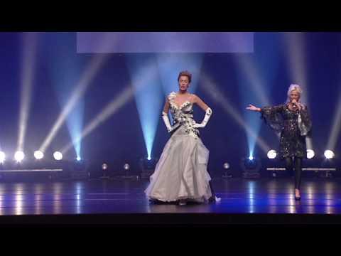 Bruidsmode Koonings Theatershow optreden zangeres Natasja en Kelly van der Veer