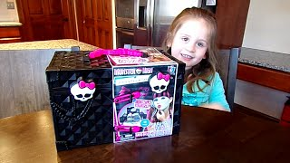 getlinkyoutube.com-Monster High Monsterfy Make-up Case on Chloe's Toy Time!!