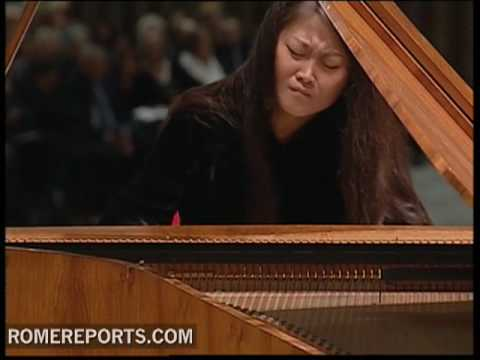 Pianist Jin Ju performs for the Pope