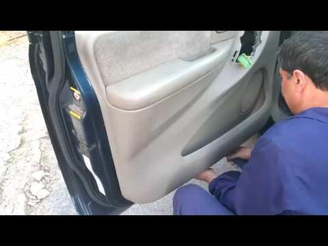 Как снять обшивку передней двери в Chrysler Voyager