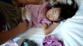 getlinkyoutube.com-100828 睡中換片片 diaper relaced for sleeping child