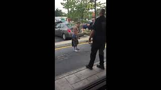 فيديو .. شخص بقدرات خارقة يصمد أمام كل محاولات الشرطة لإيقافه