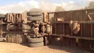 getlinkyoutube.com-trailer con troncas se vuelca en vivo