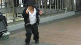 getlinkyoutube.com-Dancing Midget Michael Jackson