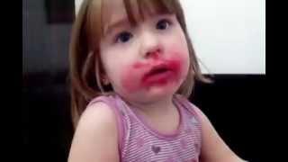 getlinkyoutube.com-Garotinha come o batom da mãe