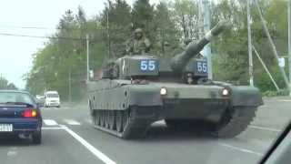 getlinkyoutube.com-対向車が V10ターボ 8億円の 90式戦車 千歳空港付近(公道・一般道)