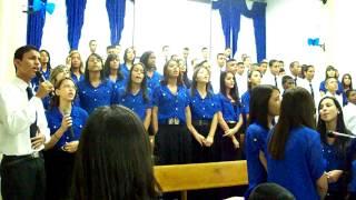 """Adolescentes cantando """"Escolha ser Santo"""" no Congresso 2013 - 2º dia"""