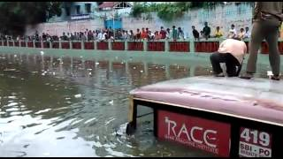 getlinkyoutube.com-Chennai Rains- Dramatic scenes of a bus that was stuck in T-Nagar Aranganathan subway