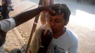 getlinkyoutube.com-Indian Barber Street Shave in Mumbai. Cost: 8 cents. HD