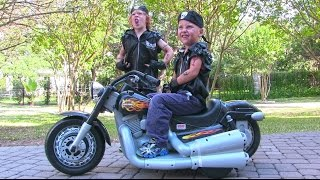 getlinkyoutube.com-Power Wheels Harley Davidson Ride On Kids Motorcycle - Unboxing and Riding