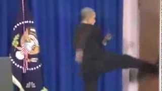 getlinkyoutube.com-اوباما يضرب الباب بقدمه بعد انهاء المؤتمر