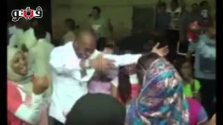 getlinkyoutube.com-«شيكابالا» يرقص «نوبي» في فرح بنت عمه بأسوان