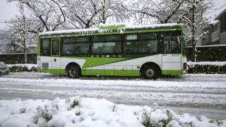 getlinkyoutube.com-番外 雪で発進に手こずる国際興業バス - A Bus Slipping in the Snow
