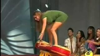 getlinkyoutube.com-Gostosa paga calçinha enfiada na baixaria da TV italiana