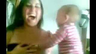 getlinkyoutube.com-Bebe le baja el sostén a su tía
