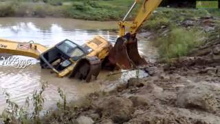 getlinkyoutube.com-Excavator Komatsu Pulling Komatsu PC200 Stuck in Pond