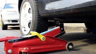 getlinkyoutube.com-Wagenheber ansetzen Auto aufbocken PKW anheben mit Böcken Sichern Renault Twingo 2 hinten Anleitung