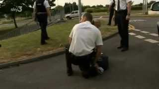 getlinkyoutube.com-Idiot copper pepper sprays himself - Road Wars