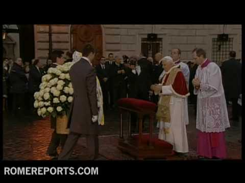 Pope visits the statue of the Immaculate Conception