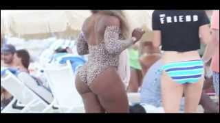 getlinkyoutube.com-Swimsuit Clad Serena Williams Play At Beach Crashes Wedding