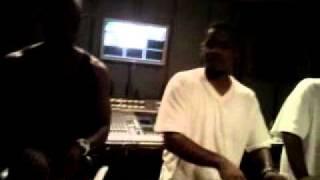 Le comique Dave Chapelle compose un beat en studio avec Hitek