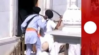 getlinkyoutube.com-Dramatic sword fight breaks out between Sikhs at Golden Temple in India