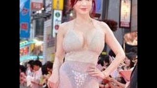 getlinkyoutube.com-【放送事故】叶美香、レッドカーペットに公然猥褻ドレスでパンツモロ透け!~画像集