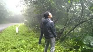 getlinkyoutube.com-2 thanh niên đái bậy giữa rừng :D