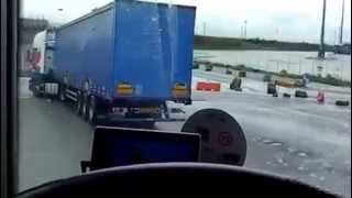 getlinkyoutube.com-Nielegalni imigranci -Polska Ciężarówka na granicy francusko-angielskiej