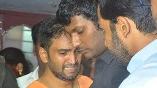getlinkyoutube.com-Vishal, Karthi pays his last respect to Santhanam's Father | Death Video