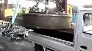 getlinkyoutube.com-巨大磁石で 軽トラックが浮た。 鉄くず処分所での仕事。