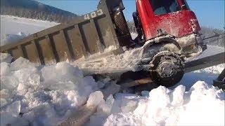 getlinkyoutube.com-Северные дороги.  К-700 вытаскивают провалившийся Scania.