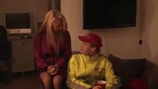 getlinkyoutube.com-Deux blondes en tenue légère piègent un livreur de pizzas
