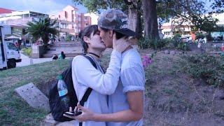 getlinkyoutube.com-BESANDO A MUJERES DESCONOCIDAS CON TRUCO DEL PLÁTANO / BESOS FACILES ♥ KISSING PRANK - Borkeando