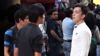 getlinkyoutube.com-Provocando peleas en la calle con #Selfies | Bromas pesadas en la calle | Bromas 2014 | SKabeche