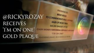 Rick Ross reçoit ses disques d'or de la main de Dj Khaled pour le single i'm on one