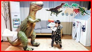 getlinkyoutube.com-거대 공룡 티라노사우루스를 물리쳐라 공룡 피규어 장난감 놀이 뉴욕이랑놀자 NYtoys