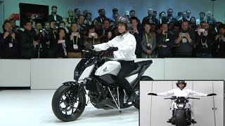 getlinkyoutube.com-Honda Defying gravity By new self-balancing motorcycle at CES 2017